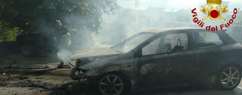 Due auto in fiamme nel giro di poche ore: doppio intervento dei caschi rossi