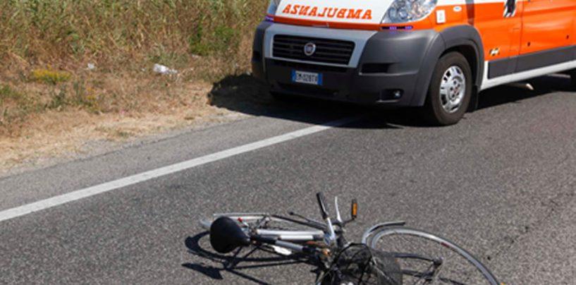 Ciclista investito da un'auto: 35enne in prognosi riservata al Cardarelli