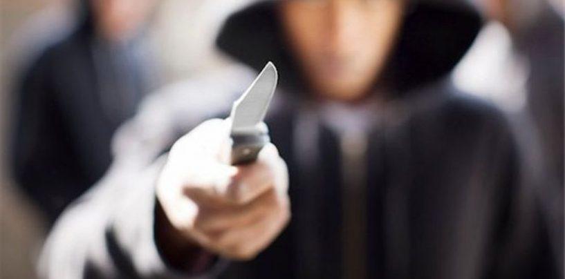 Armato di coltello, obbliga una donna a farsi dare le buste della spesa