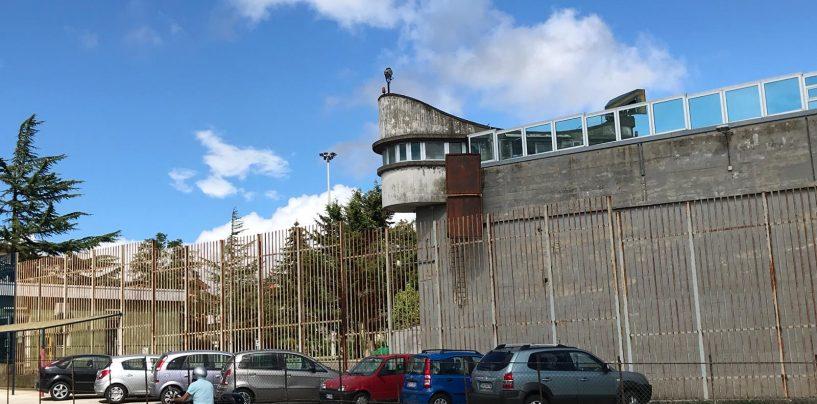 Paura nel carcere di Ariano: detenuto dà fuoco alla cella, intossicati nove agenti di polizia penitenziaria