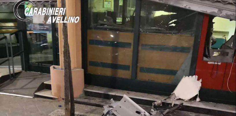 Furto con esplosivo: malviventi fuggono con lo sportello del bancomat
