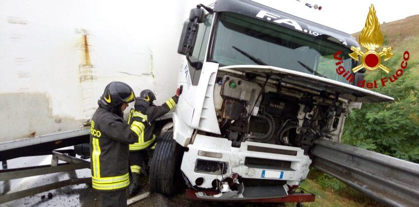 FOTO/ Incidente sull'A16, tir sbanda e perde carburante. Il conducente finisce in ospedale