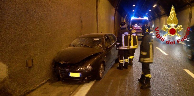 Paura nella galleria di Solofra: auto sbanda e si schianta, ferito 79enne