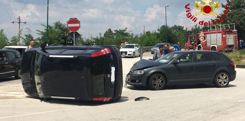 Scontro violento tra auto, tre ragazzi finiscono al pronto soccorso
