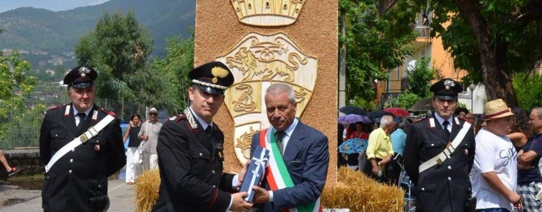 Foglianise dona una scultura degli 'artisti della paglia' ai Carabinieri di Montesarchio