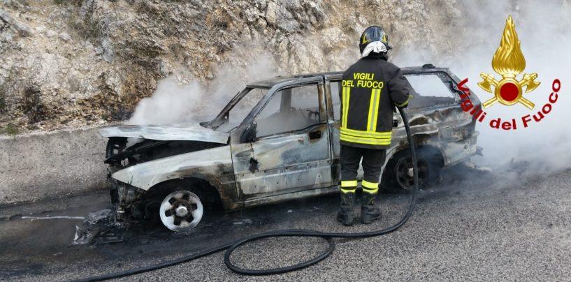 Auto in fiamme sull'Ofantina: illeso il conducente