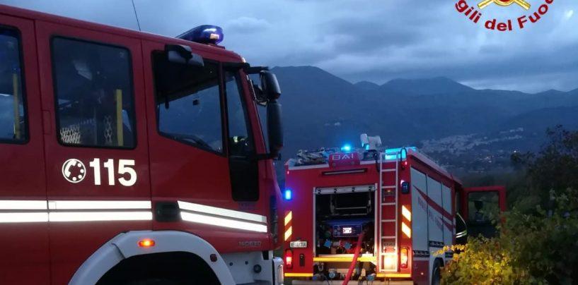 A fuoco una casa di legno: in azione i caschi rossi