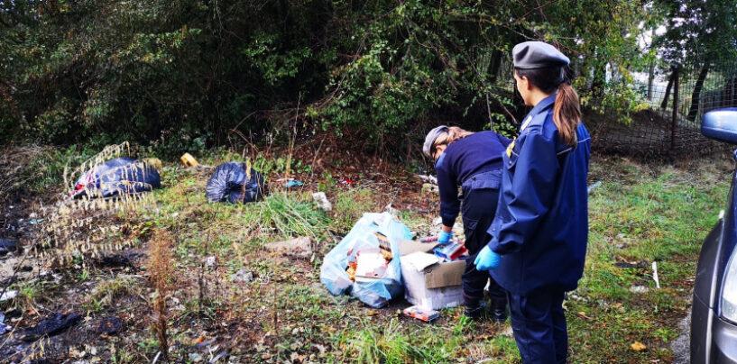 Lioni, rifiuti abbandonati: 63enne sanzionato e costretto a ripulire l'area