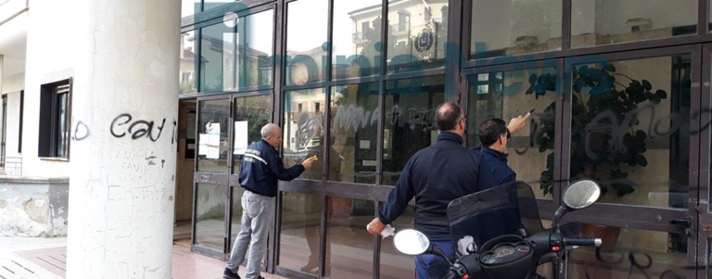 FOTO/ I vandali arrivano fino a Palazzo di Città: imbrattata la Casa comunale