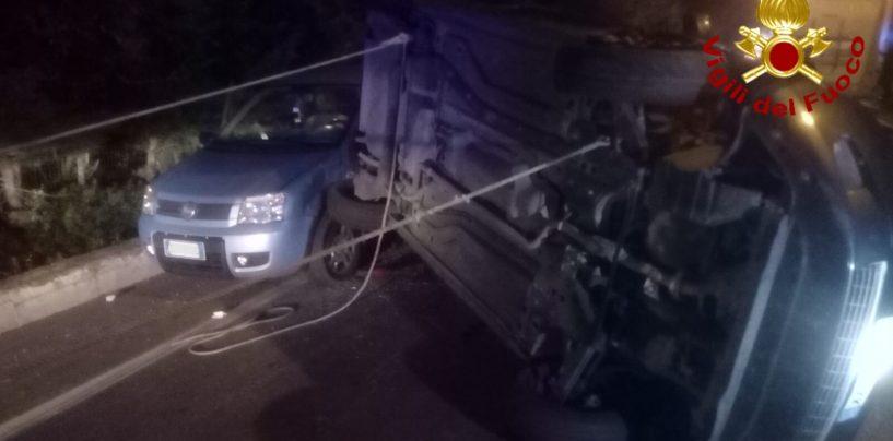 Scontro tra due auto e un camper: ferita una donna, uomo incastrato tra le lamiere