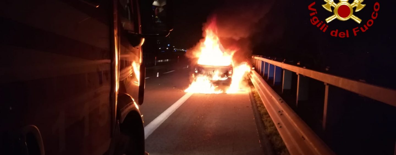 Auto in fiamme in autostrada, traffico in tilt sull'A16