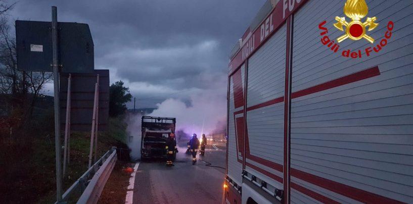 Autocarro in fiamme sulla Statale 90, carico distrutto