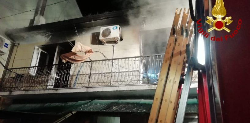 Casa in fiamme ad Ariano, si lancia dal balcone per mettersi in salvo