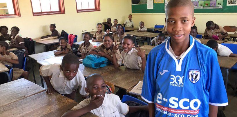 La maglietta del Vallesaccarda in una scuola della Namibia in ricordo di Carmelo Imbriani