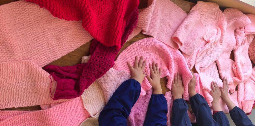 La lotta contro il tumore al seno chiama e Chiusano risponde: tutto il paese consegna la sciarpa rosa