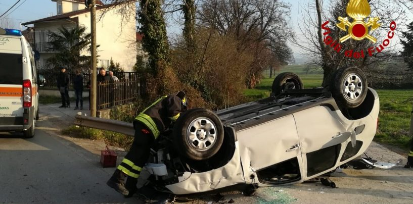 Auto sbanda, finisce contro un palo e si ribalta: quattro feriti