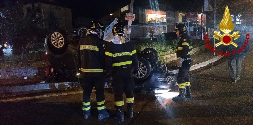 Auto si ribalta sulla rotonda di Torrette, ferito il conducente