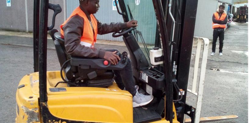 Migranti imparano a guidare carrelli elevatori, in 50 per l'iniziativa di Confartigianato e Irpinia 2000