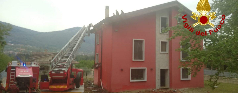 Prende fuoco il tetto di legno di una casa, paura a Cesinali