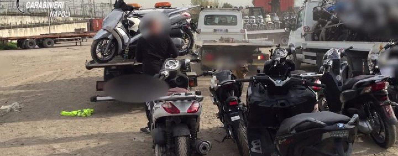 66 scooter rubati trovati in due centri di accoglienza per i migranti. Indagano i carabinieri