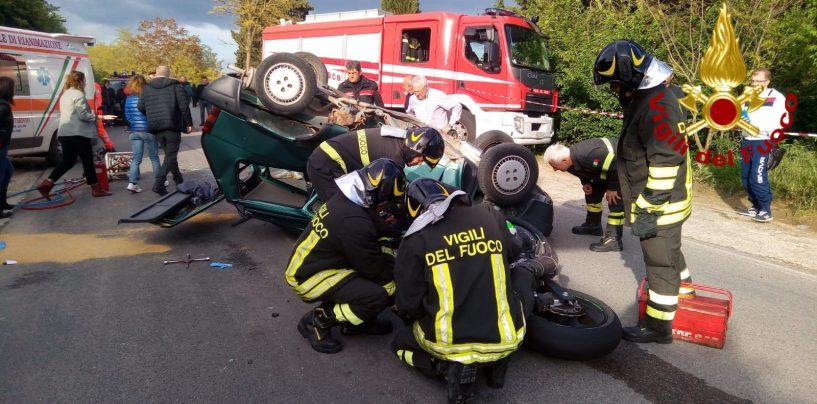 Scontro violento tra un'auto e una moto: due feriti gravi
