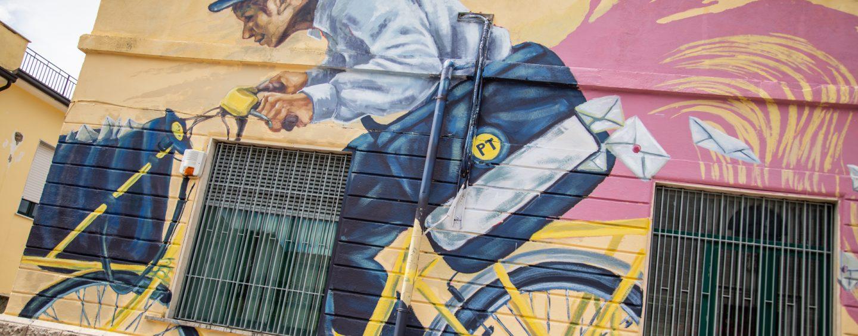 L'ufficio postale di Calitri veste nuovi colori: il murale di Alaniz celebra il lato romantico della posta