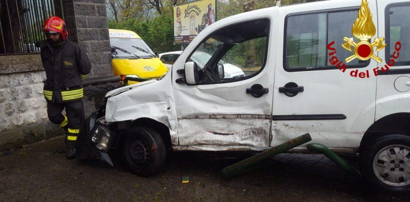 Incidente tra auto a Baiano, due feriti al Moscati