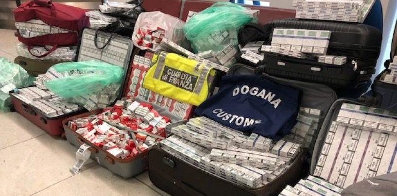 Oltre 160 chili di sigarette di contrabbando nei bagagli: fermati 5 ucraini