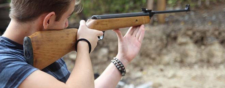 Spara con un fucile a pallini e ferisce una donna in strada: la bravata di un ragazzino di Avellino