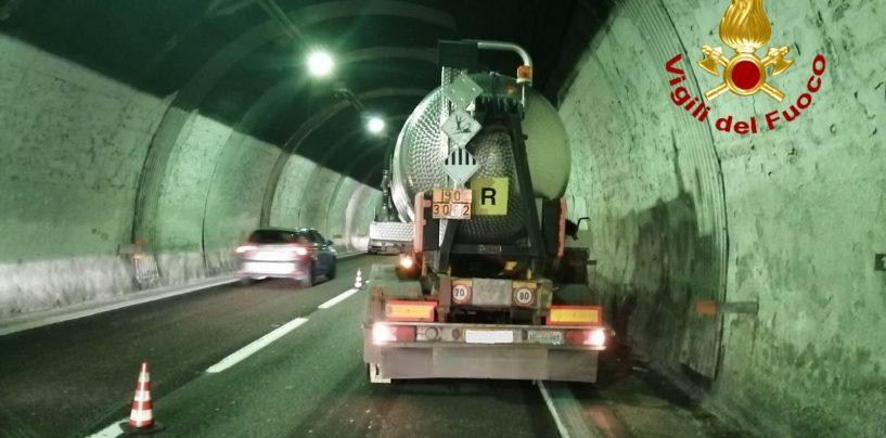 Stroncato da un malore nella galleria di Monteforte, traffico in tilt sull'A16