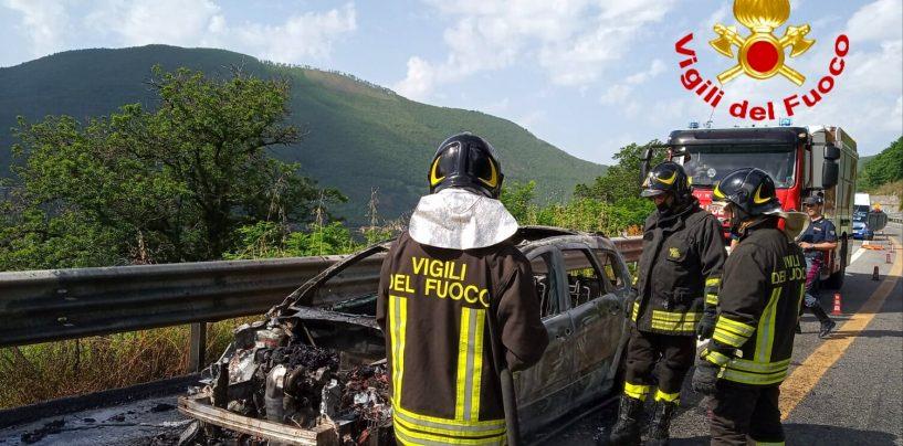 Auto avvolta dalle fiamme sull'A16, provvidenziale intervento dei caschi rossi