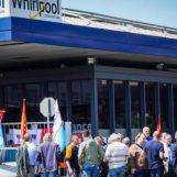Napoli: gli operai della Whirlpool bloccano raccordo autostradale