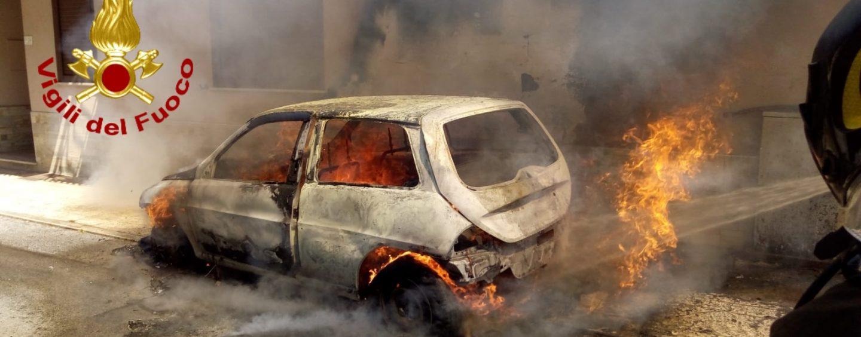 FOTO/ Auto va a fuoco davanti ad un edificio: i caschi rossi evitano il peggio