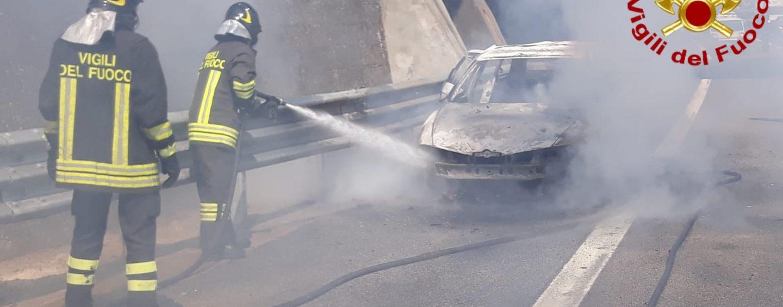 Auto avvolta dalle fiamme sull'A16, in salvo una coppia in viaggio per le vacanze