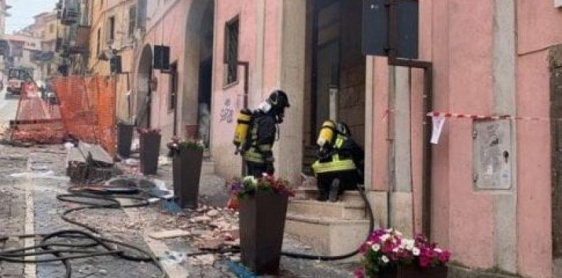 Esplosione nel palazzo del Comune: nove feriti, tra cui tre bambini. Sindaco ustionato