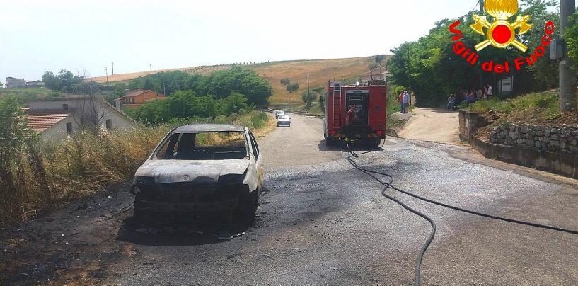 Auto in transito prende improvvisamente fuoco: paura a Montecalvo