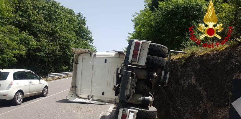 Brutto incidente lungo l'Ofantina. Si ribalta una motrice, ferito il conducente