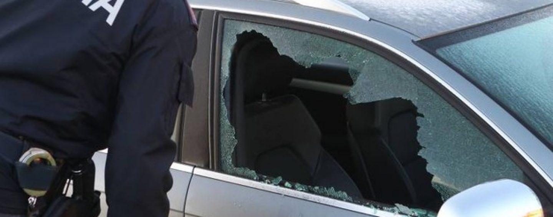 Bimbo di 4 anni chiuso in auto a 40 gradi, denunciati i genitori. Il piccolo è stato liberato da un poliziotto