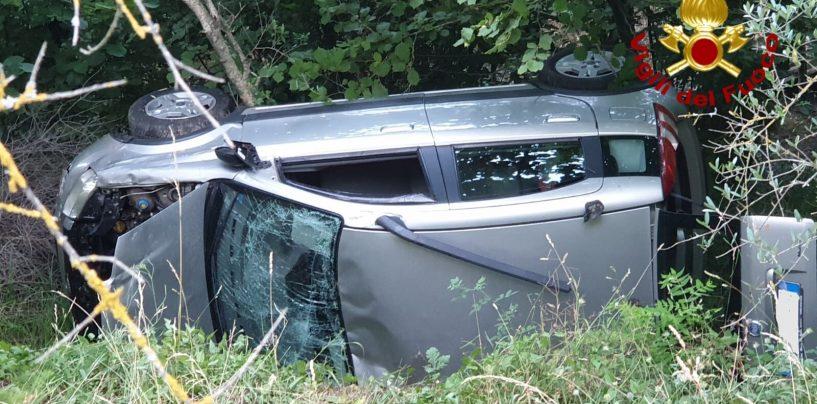 Auto finisce nella scarpata e si ribalta: quattro feriti tra cui un bambino