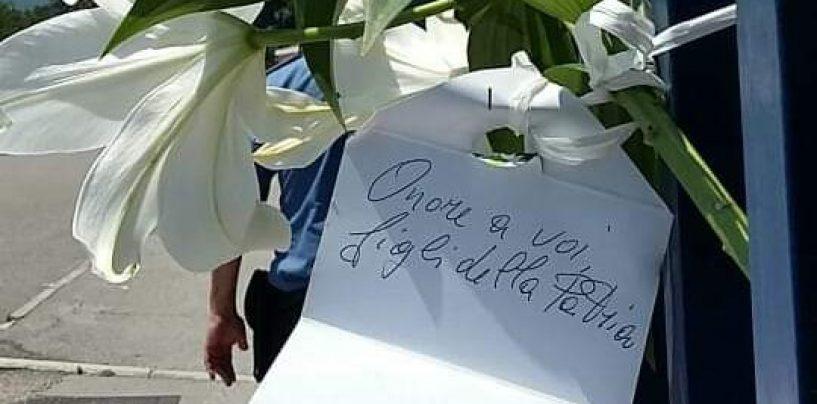 FOTO/ Fiori e biglietti davanti alle Caserme: l'affetto dell'Irpinia per il Carabiniere ucciso