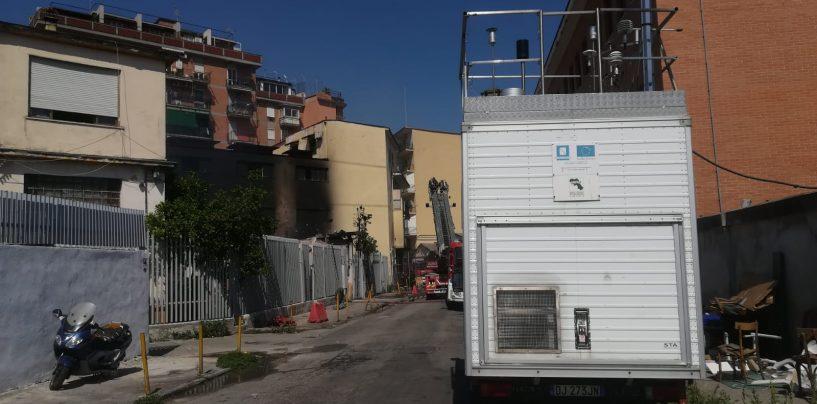 Incendio in un magazzino di giocattoli, evacuate centinaia di persone a Napoli