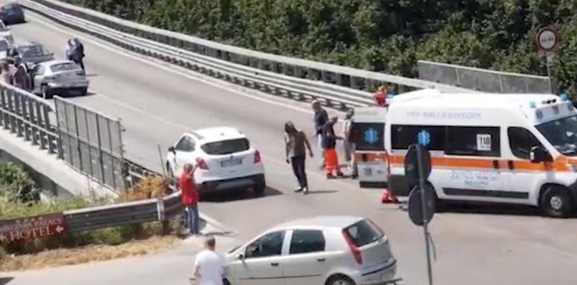 Incidente lungo la Variante, coinvolte tre auto: due feriti al Moscati