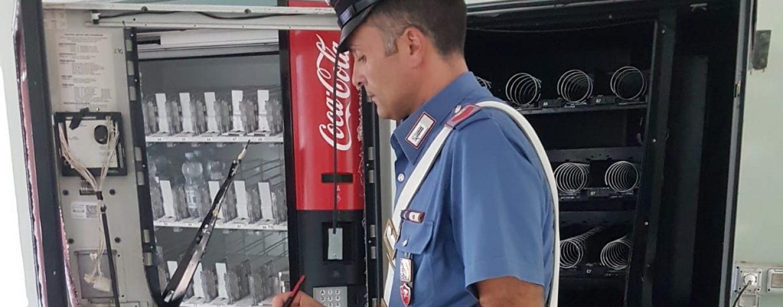 Beccato a rubare in un distributore automatico di una scuola: arrestato