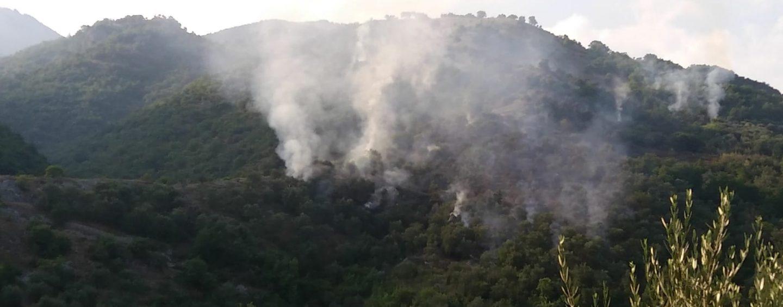 Incendi, ecco la mappa dei roghi in Irpinia. A Calabritto arriva l'elicottero regionale