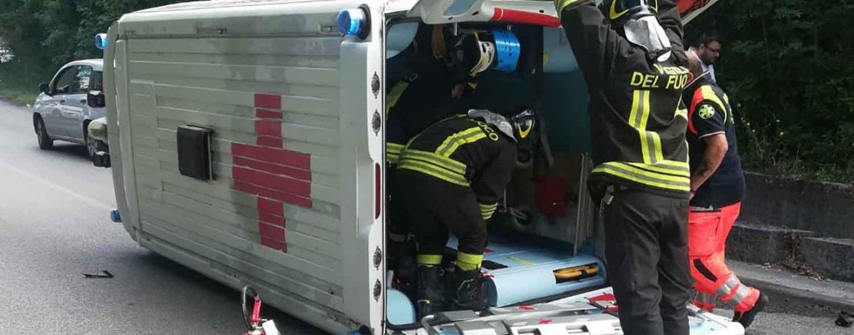 Avellino, ambulanza si ribalta: tre feriti