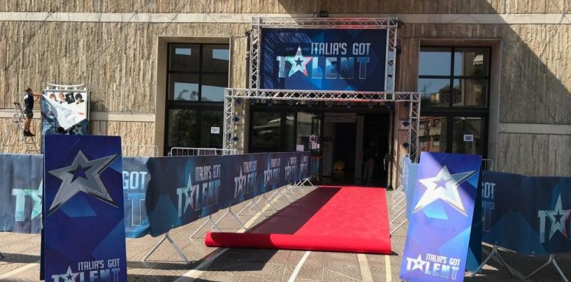 "FOTO/ Tappeto rosso al ""Gesualdo"" per Italia's Got Talent: Piazza Castello è già off-limits"