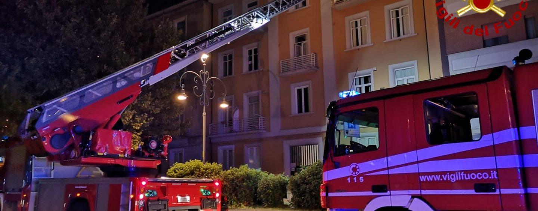 Cucina in fiamme, paura in pieno centro. Vigili del fuoco salvano anziana ed il suo cane