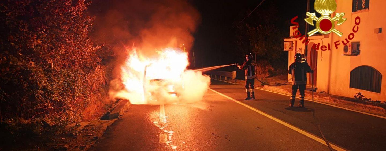 Furgone prende fuoco a Mugnano del Cardinale: salvo il conducente