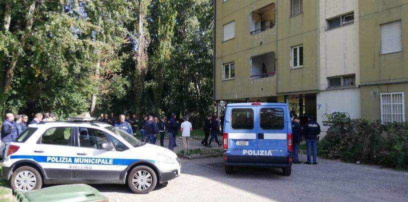 """FOTO / Avellino, blitz a Rione Parco, via de Capraris e Quattrograna: partono gli sfratti, quartieri """"assediati"""" dalle forze dell'ordine"""