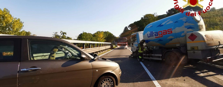 FOTO / Avellino, schianto sulla Variante tra un'auto ed un'autocisterna che trasportava Gpl: traffico in tilt e ragazza in ospedale